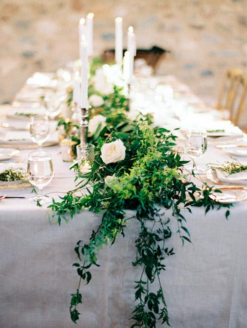 Camino de hojas en las mesas