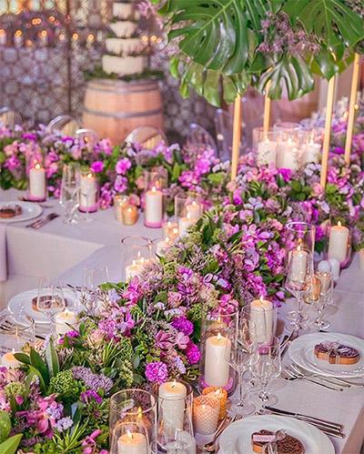 Decoración de flores moradas para las mesas de los invitados