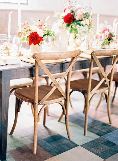 Sillas cruz para complementar la decoración de las mesas de los invitados