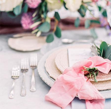Detalle decorativo en las mesas de los invitados