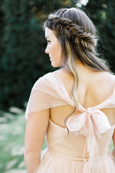 Peinado de Novia con cabello suelto y trenza cola de pescado de lado