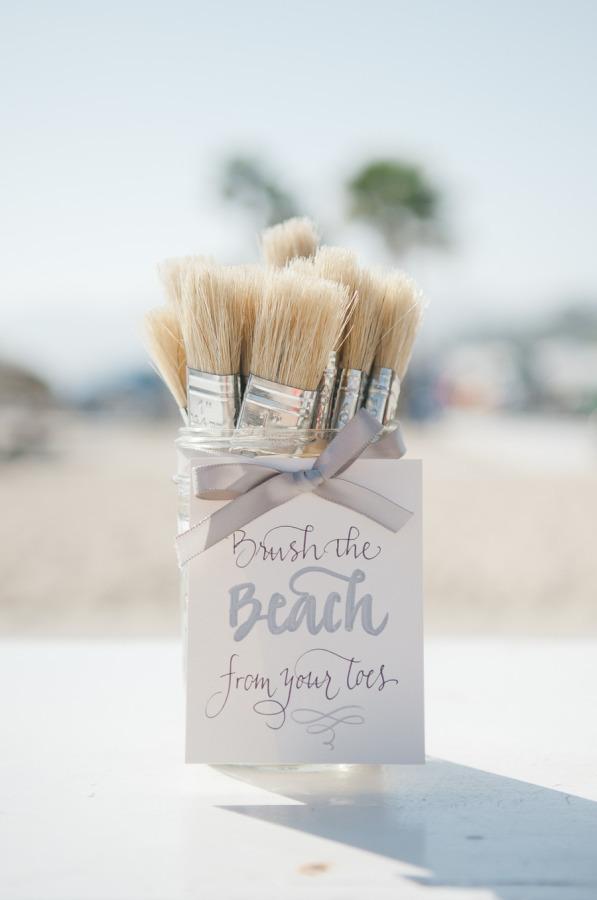 Brochas para sacudir los pies en la playa