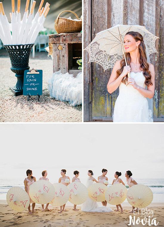 Sombrillas para el sol o lluvia para los invitados de la boda en la playa