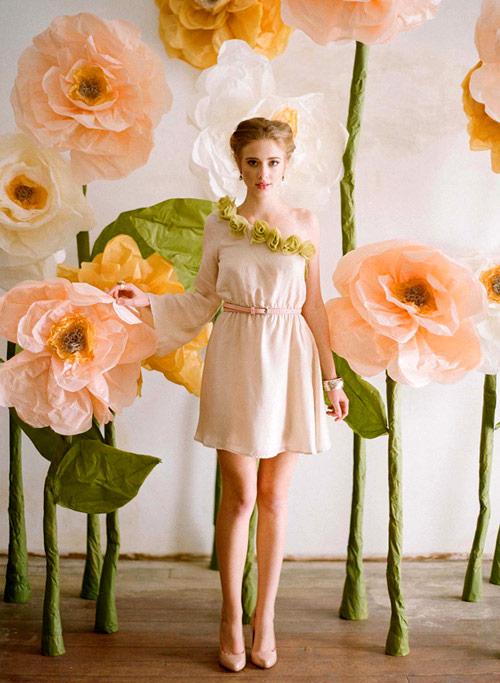Idea de escenario de flores gigantes de papel para las fotos de boda