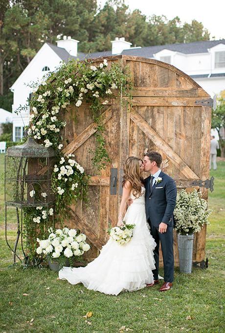 Puertas de madera rústica como  fondo para fotos en la boda