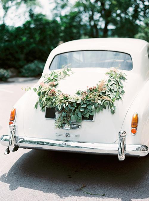Guirnalda de hojas para decorar el auto de los novios