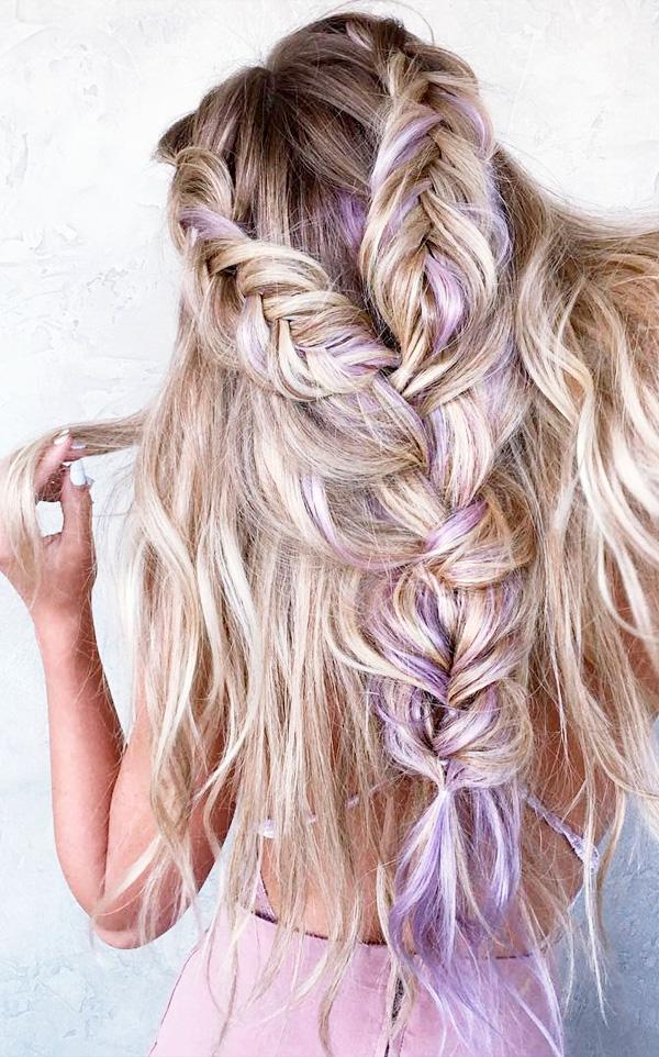 Peinado con trenzas gruesas y cabello suelto