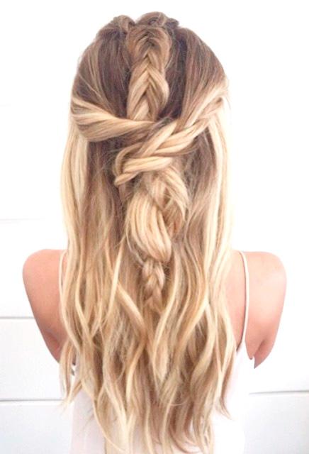 Peinado con cabello suelto y trenzas