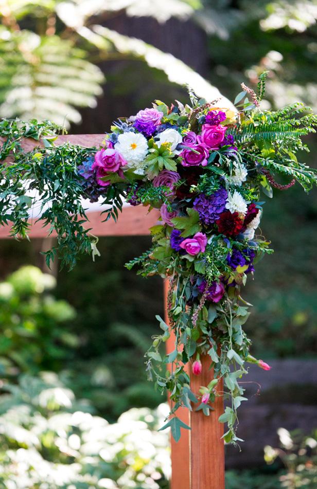 Decoración de arco para ceremonia en colores púrpura