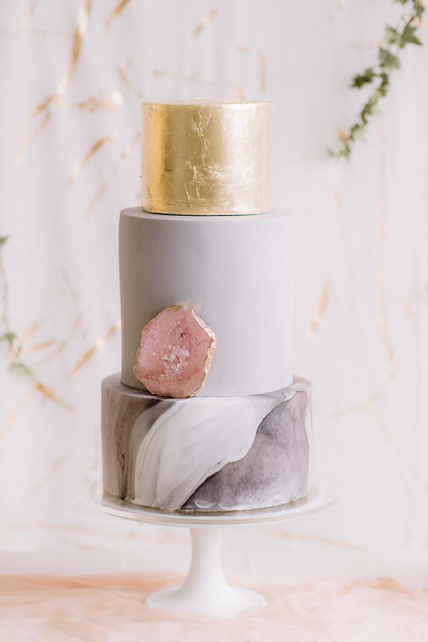 Pastel de boda Gris, mármol y dorado